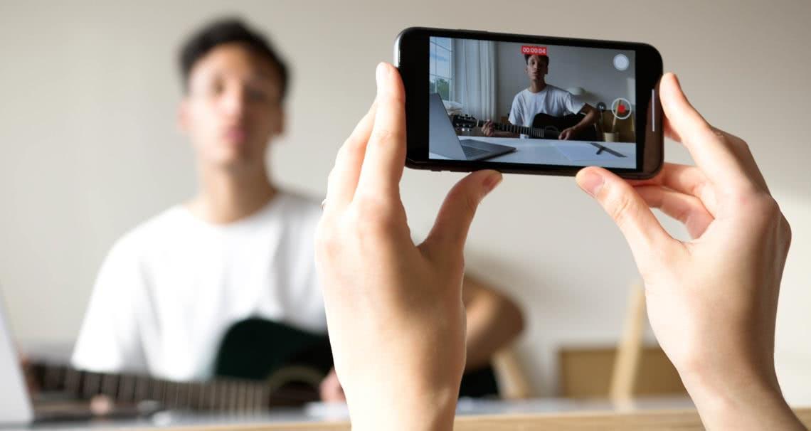 Creador de contenido de video produce su show de YouTube, grabando con un teléfono móvil