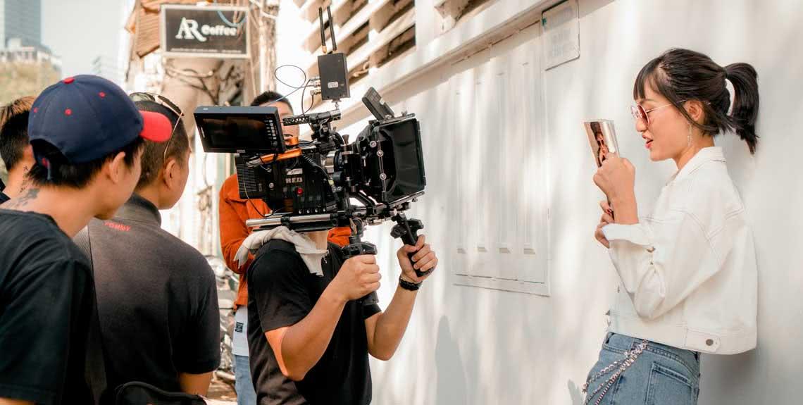 Producción de video de bajo presupuesto graba en la calle.